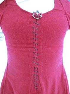 Ensimmäisellä käyttökerralla unohdin täysin ottaa kuvia valmiista Moyn mekosta. Kolmas kerta toden sanoo: olin viikonloppuna tapahtumassa ja muistin käydä kuvauttamassa itseni. Mekko on osoittautun…