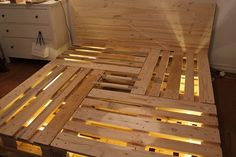 Himbeerblues: DIY: Paletten-Bett & merry Christmas Himbeerblues: DIY: Paletten-Bett & merry Christmas The post Himbeerblues: DIY: Paletten-Bett & merry Christmas appeared first on Pallet Diy. Wood Pallet Beds, Pallet Bed Frames, Diy Pallet Bed, Pallet Patio, Diy Pallet Furniture, Diy Pallet Projects, Wood Pallets, Furniture Making, Pallet Couch