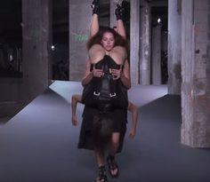 キン肉ドライバーかよ!パリコレに登場した最新ファッションがカオスすぎると話題に 「ホラーだろww」「下の人が心配」