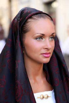 abito tradizionale di Abbasanta.Ph Bruno Tore Most Beautiful Faces, Beautiful Eyes, Beautiful People, Beautiful Women, Sardinian People, Native American Models, 3 4 Face, Italian Women, Exotic Beauties