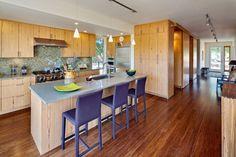 Wohnideen für die Küche klassisch holzfronten grau blaue stühle