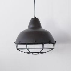 A Luminária Inudustrial é uma peça que faz a diferença em qualquer ambiente. Apesar do aspecto industrial, é feita em alumínio levinho.  Altura: 28 cm Largu...