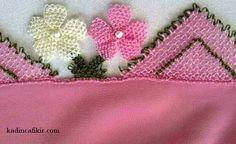 İnci boncuklu beyaz pembe çiçek iğne oyası kenarı ile pembe renk mevlüt örtüsü modeli | Kadınca Fikir