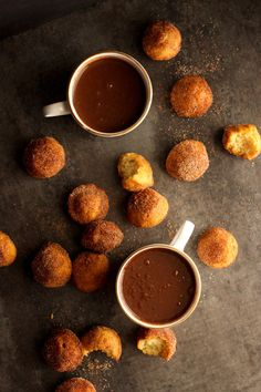 European Hot Chocolate and Churro Muffins (not coffee but look who doesnt care) Cocoa Recipes, Hot Chocolate Recipes, Sweet Recipes, Churros, Delicious Desserts, Dessert Recipes, Yummy Food, Croissants, Chocolates