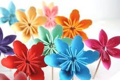 but flowers? Yes, decorating with paper flowers is my new obsession. Here are a few paper flowers I. How To Make Paper Flowers, Paper Flowers Diy, Flower Crafts, Giant Flowers, Diy Arts And Crafts, Paper Crafts, Bolo Original, Instruções Origami, Cheap Party Decorations