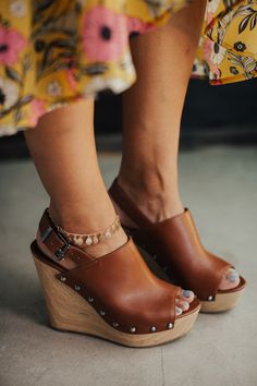 Brogen Jessup Photography   Leather wedges with gold anklet and midi yellow dress