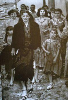 La gran Carmen Amaya en el somorrostro visitando a su gente