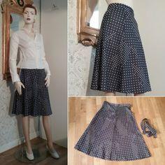 408aeb77aec9 Vintage retro blå kjol med vita prickar syntet, skärp medföljer 70-tal. Till
