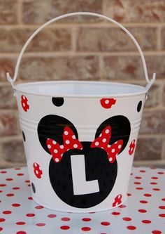 Minnie Mouse/ Trash bucket for each tablet group. Do Mickey also. Minnie Y Mickey Mouse, Mickey Party, Minnie Birthday, 2nd Birthday Parties, Birthday Ideas, Birthday Cards, Disney Classroom, Disney Crafts, Vinyl Crafts