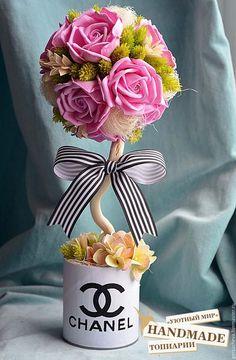 Купить или заказать Топиарий 'CHANEL' в интернет-магазине на Ярмарке Мастеров. Топиарий 'CHANEL' этот логотип известен всем модницам мира, это логотип стиля и роскоши, богатства и вкуса. Топиарий выполнен из рукотворных розовых роз и гортензии из ревелюра (фоамирана), сизаля, степных трав. Лента в полоску - завершающий узнаваемый штрих этой композиции. Украсит будуарный столик юной модницы или станет завершающим штрихом в декоре Вашего дома!…