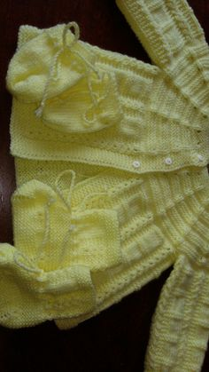 Chambra de bb Baby Knitting Free, Baby Cardigan Knitting Pattern Free, Baby Sweater Patterns, Baby Girl Patterns, Baby Knitting Patterns, Baby Girl Cardigans, Baby Sweaters, Layette Pattern, Crochet Baby Clothes