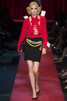 Semana de la Moda de Milán P/V 2017: fotos de los mejores looks - Moschino look falda