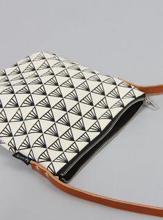 Tasche aus handgesiebdrucktem Canvas mit schwarz-weißem Muster // canvas bag, hand screenprinted by Minuk via DaWanda.com