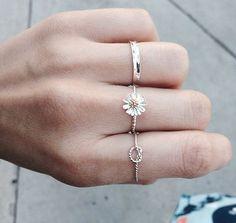 00f58bbb52d Misturar anéis delicados é a pedida da vez em matéria de acessórios