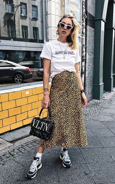 Stylish duo: Midi skirt with t-shirt - Fashion Trends Outfits Primavera, Printed Skirts, Printed Blouse, Jupe Midi Leopard, Modest Fashion, Fashion Outfits, Mode Grunge, Skirt And Sneakers, Dad Sneakers