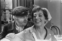 1967 Ja zuster Nee zuster De serie werd door de VARA uitgezonden tussen 1966 en 1968. De teksten werden geschreven door Annie M.G. Schmidt die voor de liedjes samenwerkte met Harry Bannink. De regie was van Henk Barnard, Berend Boudewijn, en Frits Butzelaar. Op 3 september 1966 was de eerste uitzending. De laatste van 20 afleveringen werd op 7 september 1968 uitgezonden. De hoofdrollen werden gespeeld door Hetty Blok, Leen Jongewaard, Piet Hendriks en Dick Swidde.