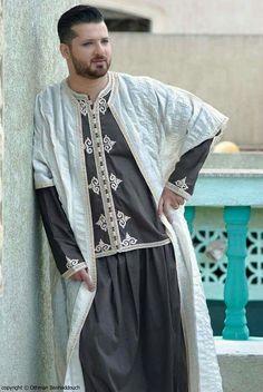 Kaftan Men, Style Marocain, Muslim Men, Types Of Fashion Styles, Kimono Top, Fashion Dresses, Menswear, Street Style, Style Inspiration