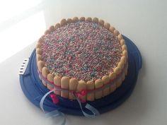 Verlof taart met vulling van banketbakkersroom en aardbeien, afgesmeerd met slagroom