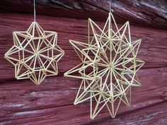 Olkitähdet on valmistettu himmelitekniikalla. Pienen tähden halkaisija on 16 cm… Straw Crafts, Diy Straw, Christmas Snowflakes, Christmas Crafts, Christmas Ornaments, Origami, Straw Decorations, Christmas Decorations, Mobiles