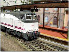 Locomotora diesel 333 RENFE Operadora. Escala H0.