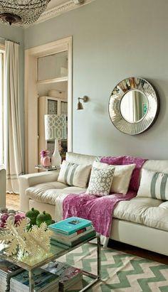 Eye For Design: Decorar con menta verde la mesa de cristal, espejo y esta fresca sombra de rosa toda ayuda para hacer que esta sala de color menta y blanca sea cool y refrescante