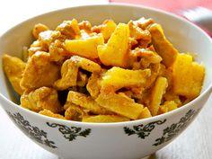 Zartes Hähnchenfilet mit fruchtigen Ananas-Stückchen - eine sehr leckere Kombination. Das fruchtige Aroma der Ananas bildet einen wunderbar süßlichen Kontrast zu dem mit Curry angebratenen Hähnchen. Dieses Gericht ist leicht nachzukochen, kommt mit wenigen Zutaten aus und geht wirklich sehr schnell.