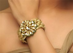 Big, bold bangles are back in fashion! Of course wearing a set of jingling bangles in different colors is great, but for the next party, go for a large, single bangle. It's a statement piece. Amethyst Armband, Amethyst Bracelet, Diamond Bangle, Diamond Jewellery, Kundan Bangles, Gold Bangles, Silver Bracelets, Gold Necklace, Braided Bracelets