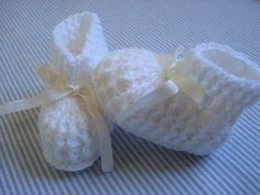 Minhas linhas e eu: Sapatinhos de bebê branco com fita de cetim, em crochet