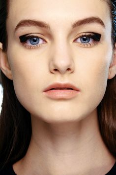 LE FASHION BLOG GRAPHIC EYES BACKSTAGE BEAUTY AQUASCUTUM SQUARED OFF CAT EYE MODERN ARCH LUCIA PIERONI 7
