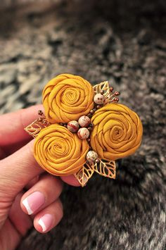 Brooches Handmade, Handmade Flowers, Handmade Jewelry, Fabric Flower Brooch, Fabric Roses, Ribbon Art, Fabric Ribbon, Textile Jewelry, Fabric Jewelry