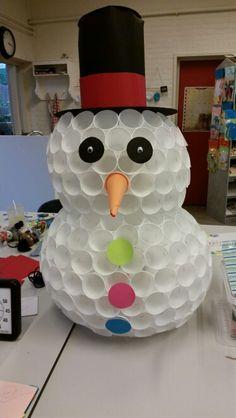 Sneeuwpop gemaakt van plastic bekers. Gemaakt door mensen met een verstandelijke beperking. www.devonder.st-er.nl