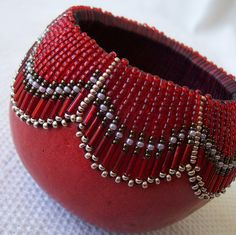 Small red gourd bowl with fancy beaded pattern at rim. Decorative Gourds, Hand Painted Gourds, How To Dry Gourds, Bead Bowl, Gourd Lamp, Nature Crafts, Bead Art, Bead Weaving, Beading Patterns