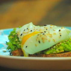 Tostadas con Aguacate y Huevo Poché