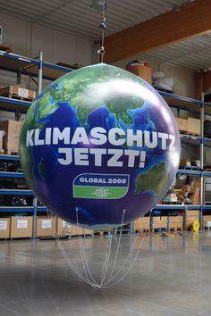 Die Heliumballone sind neben dem Werbezeppelin eine der Grundformen unserer fliegenden Werbeobjekte. Alle fliegenden Objekte sind am Himmel weit ersichtlich, unübersehbar und ziehen die Aufmerksamkeit der Kunden auf sich. Aufgrund der Beschaffenheit, eignet sich der Heliumballon ideal für Indoor- und Outdoorauftritte. Begriffe: Heliumballon, Ballon XXL, Ballon fliegend, Messeballon, Eventballon Zeppelin, Gym Equipment, Exercise, Flying Balloon, Objects, Heavens, Ejercicio, Excercise, Work Outs