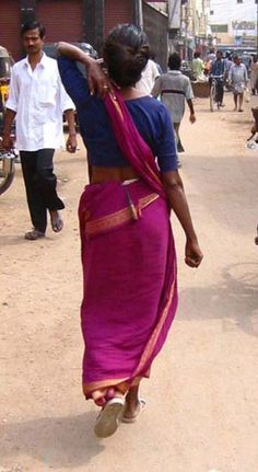 "Tamil Pinkosu Drape in Madurai, Tamil Nadu ""Pinkosu means ""pleats on the back"". The sari drape is incredibly elegant and adding a lilt to the hips and a flattened front line. Traditionally worn without a petticoat, it is cool and comfortable in the humid heat of Tamil Nadu."""