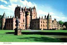Een mooi kasteel dat is afgezet met grote muren. Het is groot en makkelijk te verdedigen.