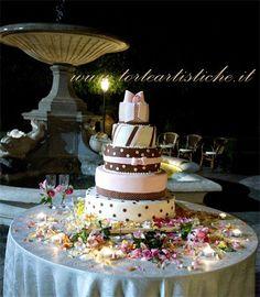 Torta nuziale marrone e rosa