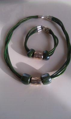 Naszyjnik i bransoletka z  rzemienia ze skóry naturalnej w kolorze zielonym z ceramicznymi i metalowymi przekładkami*