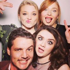 Game of Thrones - Natalie Dormer (Margery Tyrell), Maisie Williams (Arya Stark), and Sophie Turner (Sansa Stark) strike the funny poses with Pedro Pascal (Oberyn Martell) in a photobooth. Game of Thrones. Pedro Pascal, Khal Drogo, Maisie Williams, Hayley Williams, Sophie Turner, Matthew Lewis, Serie Got, Film Serie, Jack Gleeson