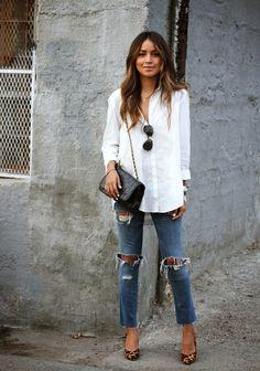 Den Look kaufen:  https://lookastic.de/damenmode/wie-kombinieren/bluse-mit-knoepfen-weisse-enge-jeans-blaue-pumps-beige-umhaengetasche-schwarze/2449  — Weiße Bluse mit Knöpfen  — Schwarze gesteppte Leder Umhängetasche  — Blaue Enge Jeans mit Destroyed-Effekten  — Beige Leder Pumps mit Leopardenmuster