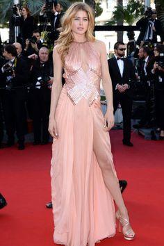 Douzten Kroes com vestido Atelier Versace em Cannes