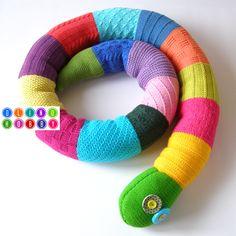 Разноцветная вязаная змея - мягкая игрушка для развития тактильной памяти у детей и взрослых