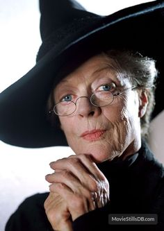 """Dame Maggie Smith as Professor Minerva McGonagall in the """"Harry Potter"""" series, - this woman is magnificent Maggie Smith, Cumpleaños Harry Potter, Harry Potter Characters, Ron Y Hermione, Draco, Neville Longbottom, Olivia De Havilland, Prisoner Of Azkaban, It Cast"""
