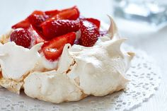 This week's Shabbat menu features baked fish in tomatoes, roasted asparagus, barley risotto and a berry pavlova for dessert. Strawberry Pavlova, Strawberry Recipes, Bolo Pavlova, Beaux Desserts, 3 Ingredient Desserts, Meringue Desserts, Recetas Light, Healthy Cake Recipes, Desert Recipes