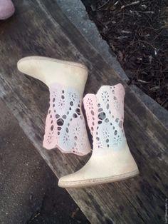 """Купить Валяные весенние сапожки """"Ажур"""" - авторская ручная работа, валяные сапожки, демисезонная обувь Felt Slippers, Felt Boots, Wool Shoes, Knitted Flowers, Fancy Shoes, Slipper Boots, How To Make Shoes, Felt Art, Wool Felt"""
