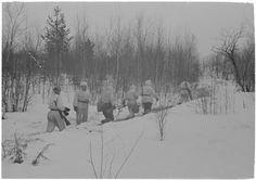 Miehiä etenemässä etulinjaan 11.4.1942 vihollisen hyökkäystä torjumaan.Otos antaa hyvän kuvan säästä ja olosuhteista huhtikuisella Syvärillä kelirikon aikaan.