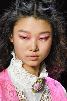 These are the 15 coolest spring 2020 makeup trends from fashion week. Expect to see lots of bright colors, bold eyeliner, pretty lip colors, and glitter too. Makeup Trends, Eyeliner Trends, Bold Eyeliner, Beauty Trends, Makeup Inspo, Makeup Inspiration, Makeup Ideas, Eyeliner Ideas, Make Up