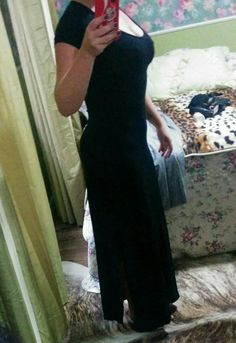 Vestido preto longo de malha, modela bem um corpo desenhado.