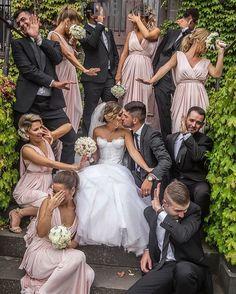 Originele foto van het bruidspaar, bruidsmeisjes en mannen.