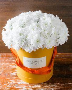 Пушистые хризантемы в яркой коробке - весенние настроение на всю неделю +7499 686 0099 #boxnroses